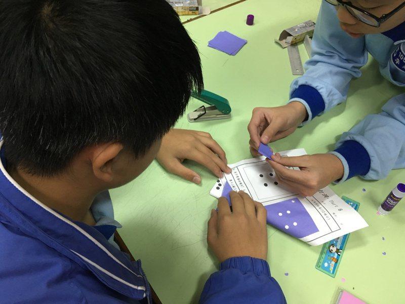 教育部委託林福來主持「就是要學好數學」計畫,發展「數學奠基活動模組開發計畫」,研發有趣的數學奠基活動。圖/林福來提供