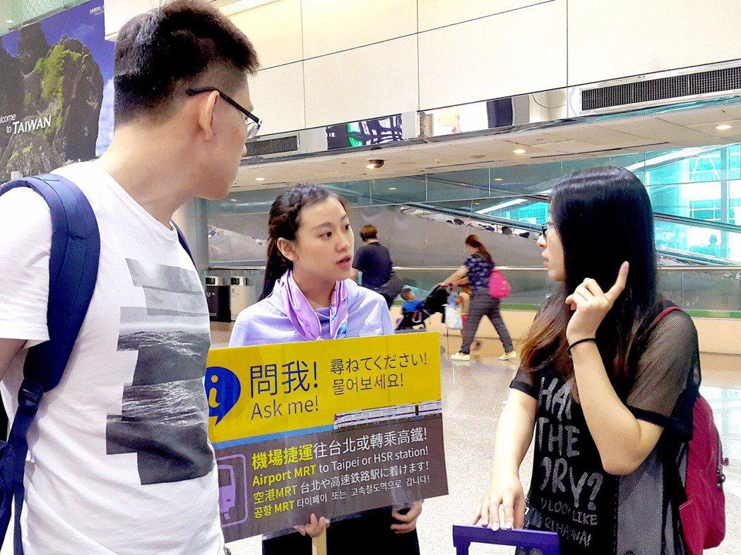旅客不了解乘車路線時,可向桃捷親善大使詢問。圖/桃園捷運公司提供