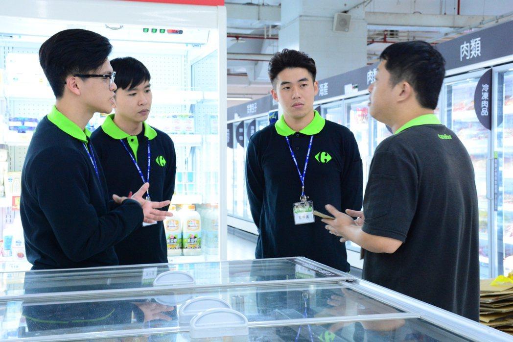 中華大學學生前往家樂福賣場進行實務學習,學習賣場經營管理與儲備店長具備之專業素養...