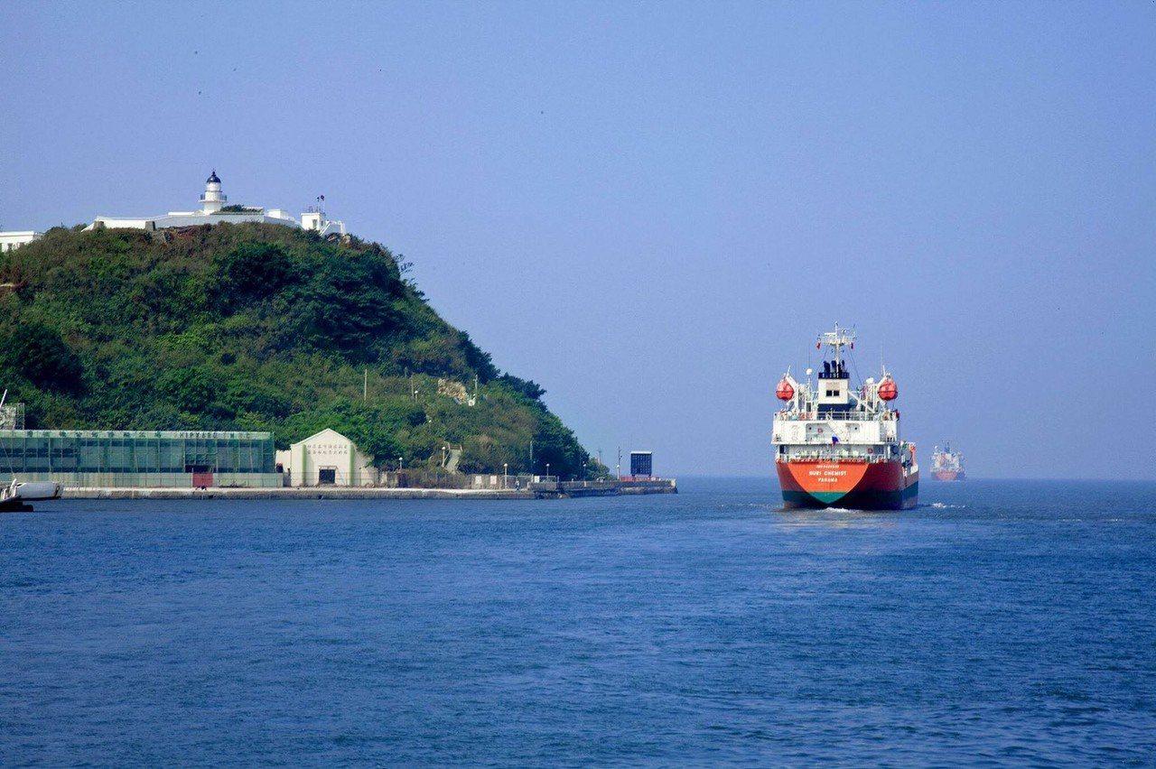 高雄市輪船公司於西子灣開航「哈瑪星夕陽航班」暑假7~8月增加了6個航次。圖/高雄...