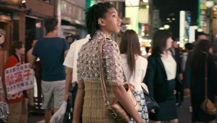 威爾史密斯的女兒葳蘿史密斯,背著香奈兒主打包款GABRIELLE de CHAN...