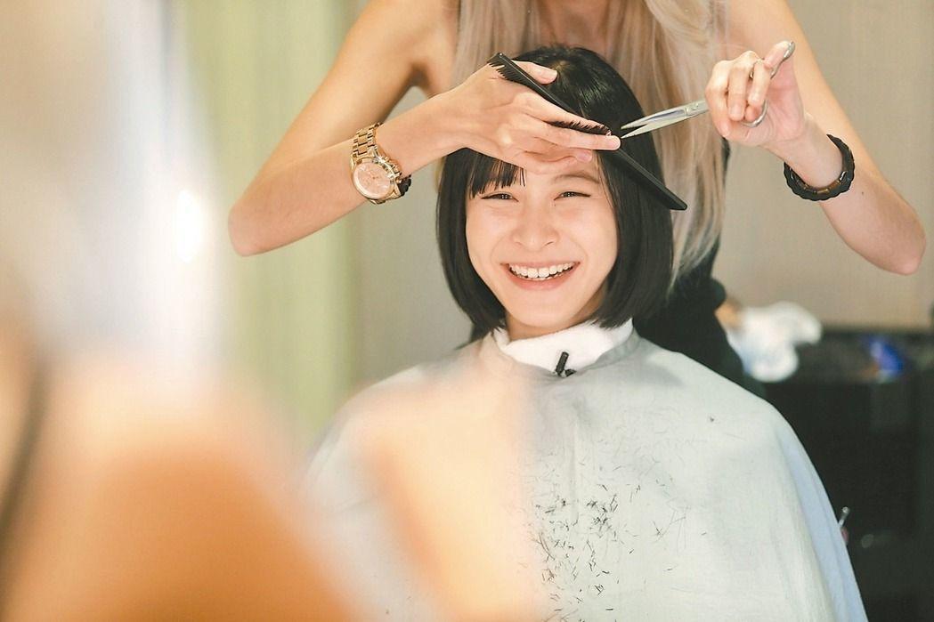 江宜蓉戲中為詮釋洗頭妹,特別到美容院學習。 記者林伯東/攝影