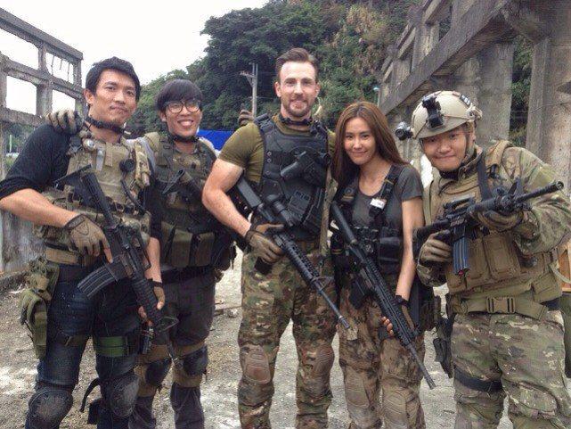 黃心娣(右二)曾與「美國隊長」克里斯伊凡(中)合作。圖/周子娛樂提供