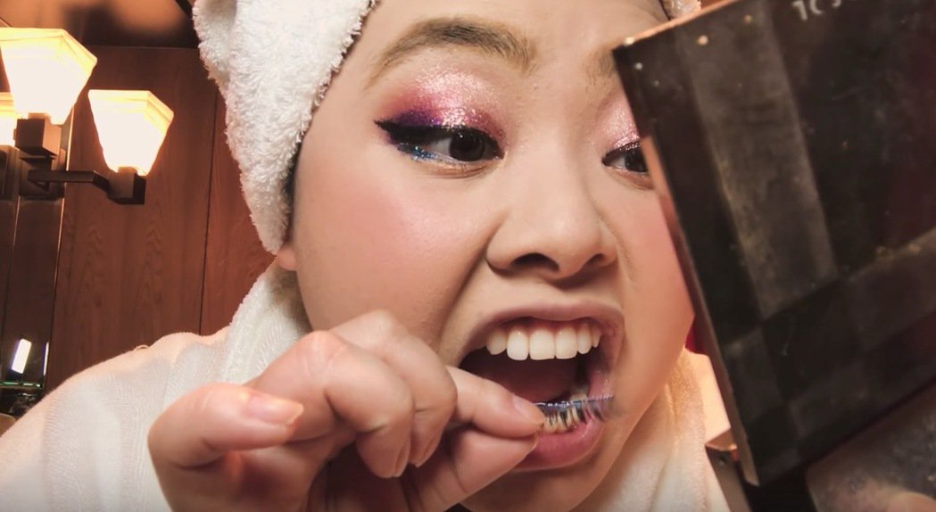 渡邊直美示範如何化妝。圖/摘自YouTube