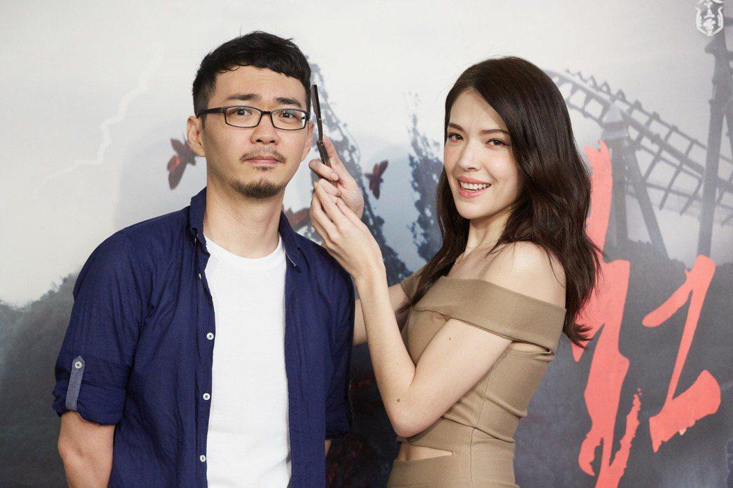 許瑋甯作勢要幫「紅衣小女孩2」導演程偉豪剃眉。圖/威視提供
