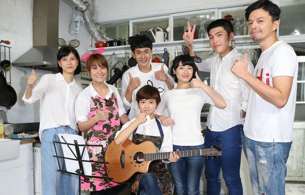 海裕芬(左二)與花甲年輕演員聚會。記者林俊良/攝影