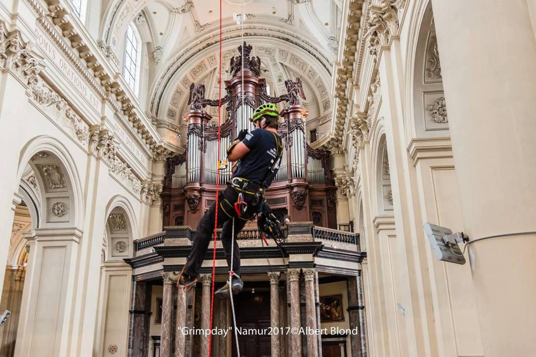 GRIMPDAY 國際繩索救援競賽參賽者,在古蹟教堂中挑戰繩索救援情境。圖/GR...