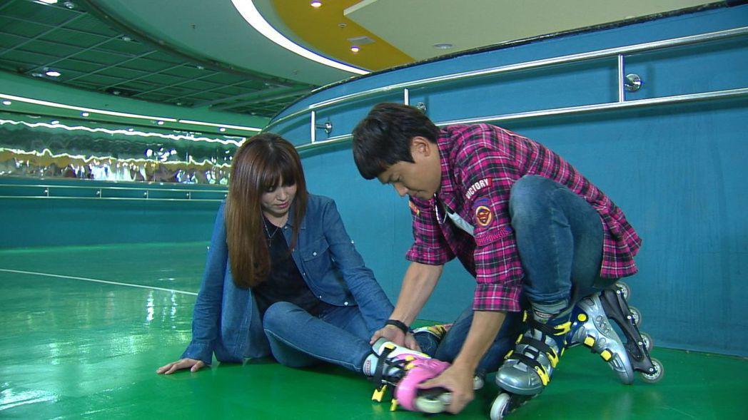 王瞳(左)、王建復拍溜冰場戲,裝不會溜冰摔得渾身瘀青。圖/民視提供