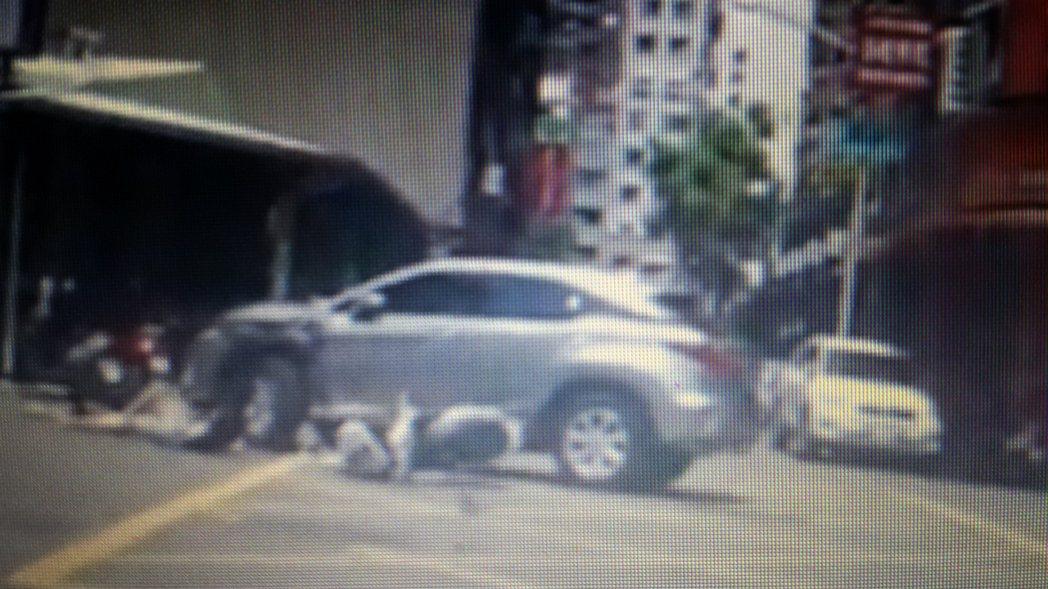 陳姓少年無照騎機車後載未戴安全帽少年,在左營區富國路和維新街口撞上休旅車,家屬質...