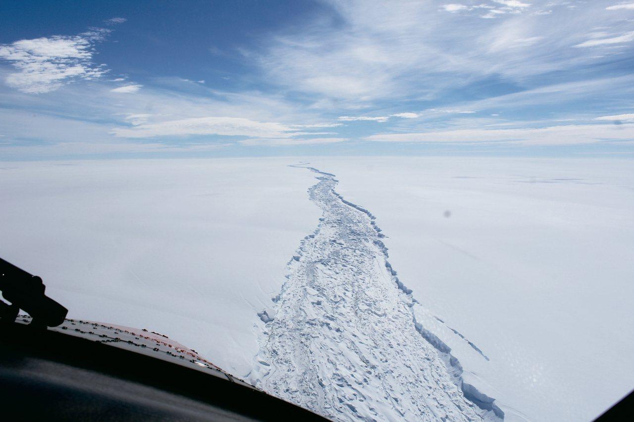 南極拉森C冰棚今年2月的裂痕範圍與深度。 美聯社