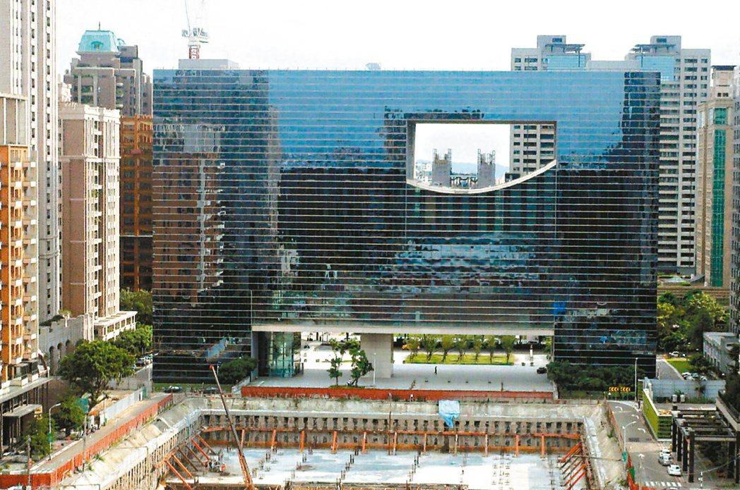 造價廿多億的台中市議政大樓啟用第一年就漏水,檢討報告歸咎於設計疏失與施工不良。 ...