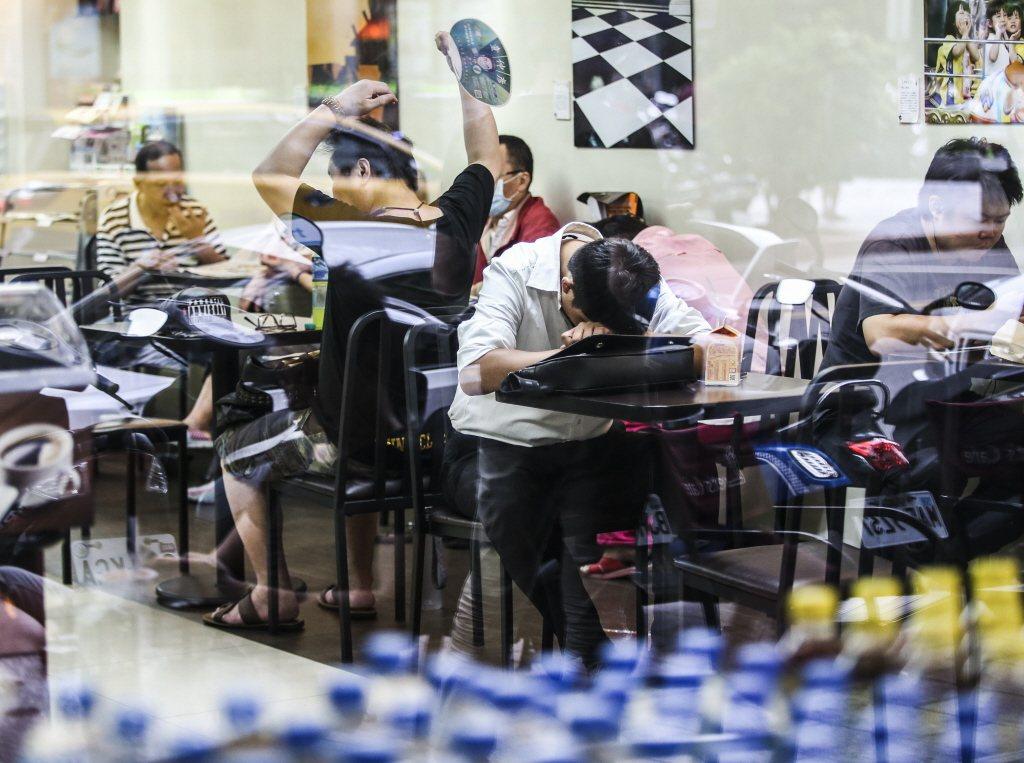 全台天氣持續高溫炎熱,白天普遍可達30度以上,許多民眾躲到便利商店吹冷氣。本報系...