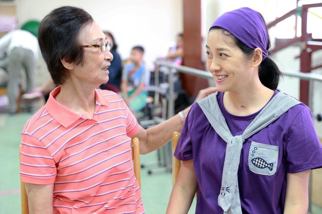 鳳凰衛視女主播劉珊玲(右)在高雄度過漫長艱辛的復健療程,劉媽媽不辭辛苦照料是她最...