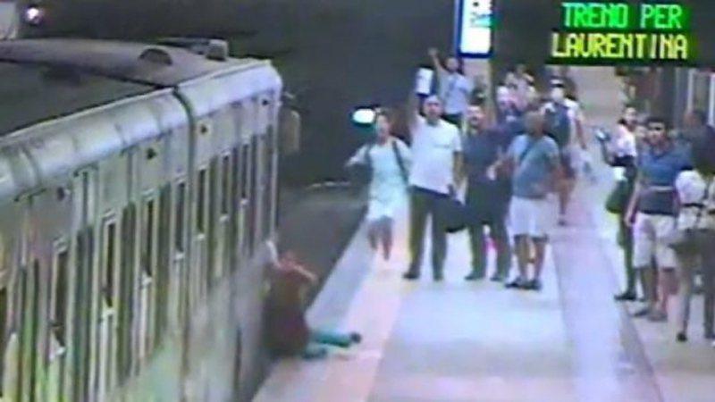 監視畫面顯示,一名婦人在羅馬地鐵月台被拖行。(取自YouTube畫面)