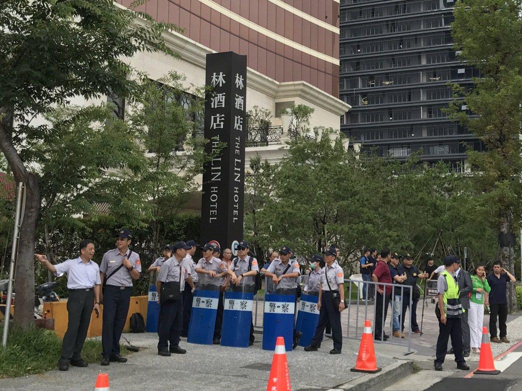 總統蔡英文出席亞洲台商會,會場周邊街廓被警力包圍。 記者洪敬浤/攝影