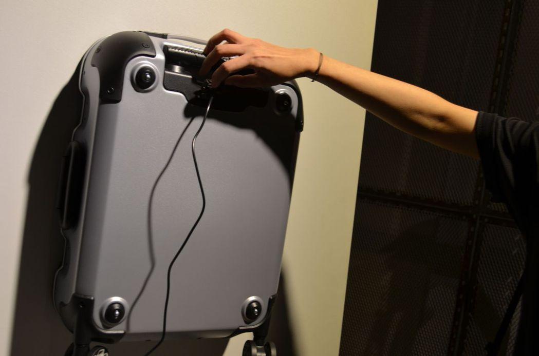 2017新品e-one 智慧型旅行箱有可拆卸式的行動電源。陳慧明/攝影