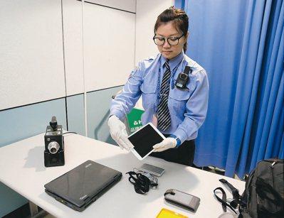 桃園機場從今天起在登機門前,針對旅客隨身攜帶的手機以外的電子產品進行抽檢。 記者...