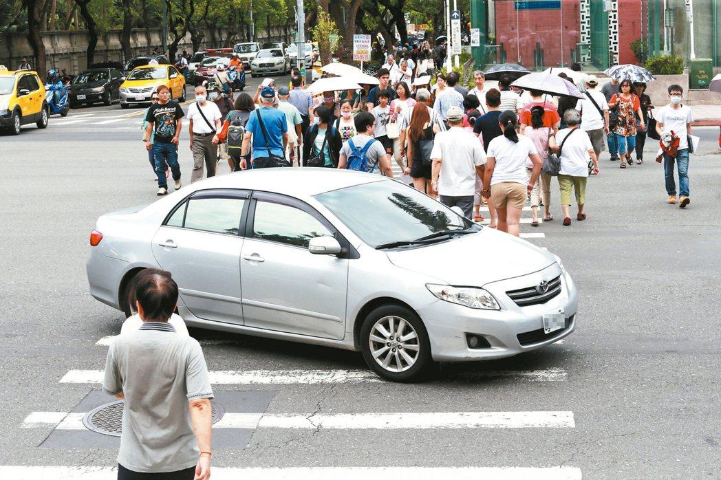 警政署統計,我國車輛不當左轉每年引起逾1.5萬件車禍,不少人在綠燈行經斑馬線時,...