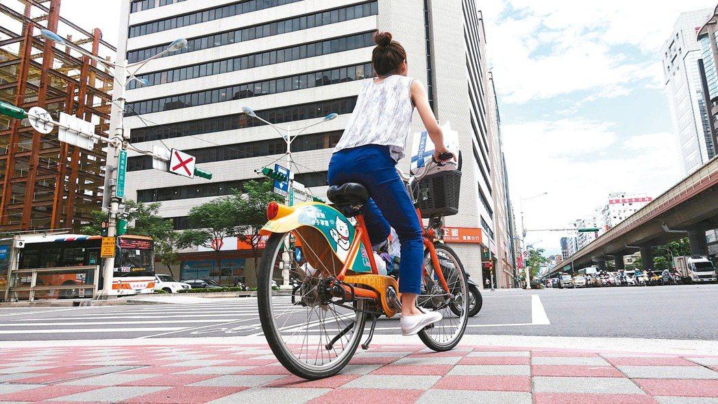 台北市擴大取締自行車違規行駛人行道、騎樓措施,今天正式上路。截至上午11時止,北...