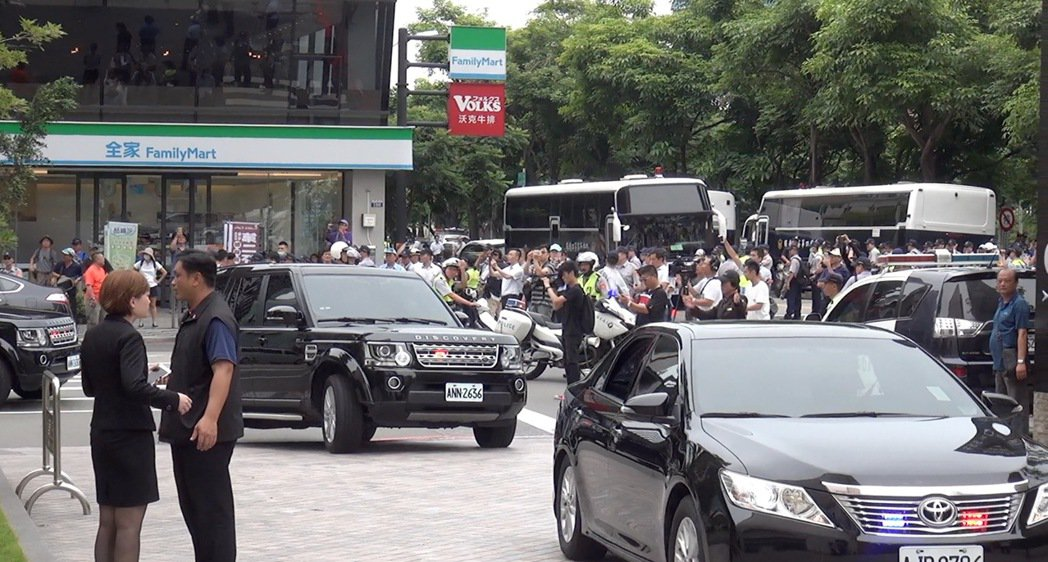 總統蔡英文車隊從林酒店車道進入會場,未從大門進入。記者陳宏睿/攝影