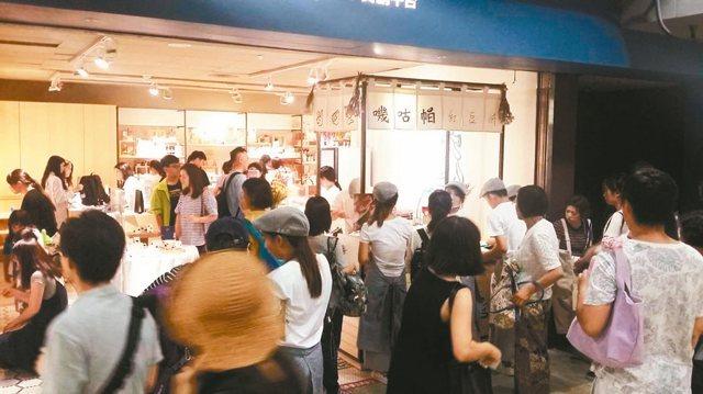 試營運首日,就能看見大批的人潮前來參觀、購物。