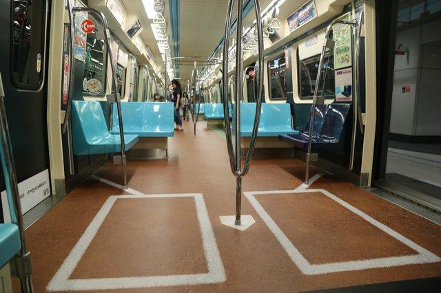 北捷車廂的世大運廣告,地板有棒球場圖案。