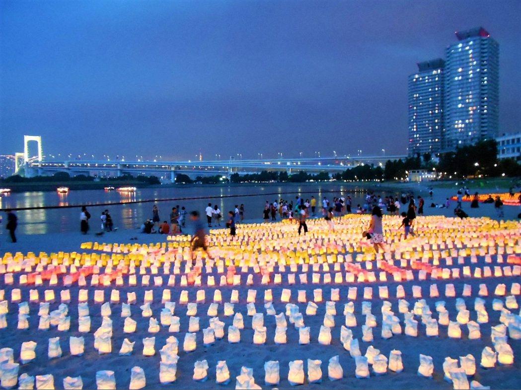 今天是日本海洋節,昨晚在東京灣台場沙灘上舉辦海燈祭,放置超過5萬個七彩紙燈排成各...