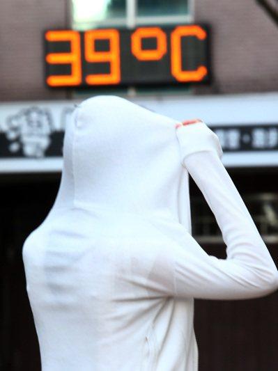 7月才過一半,已有282人次因熱傷害急診就醫。各地高溫炎熱,悶熱的感覺讓人難受,...