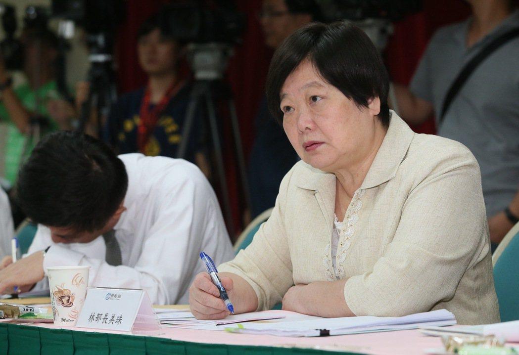為解決一例一休實施造成的爭議,勞動部昨天舉行勞動政策公聽會,勞動部長林美珠(右)...