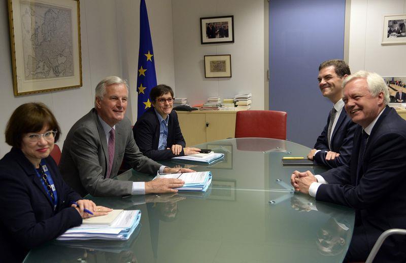 英國脫離歐洲聯盟談判17日展開,會場傳出的照片顯示,英國脫歐大臣戴維斯面對歐盟代...