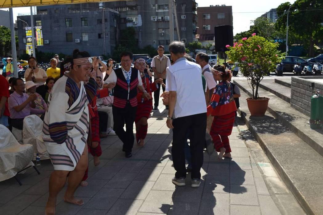 活動現場民眾熱情歡迎桃園市長鄭文燦。 桃園市政府農業局 /提供