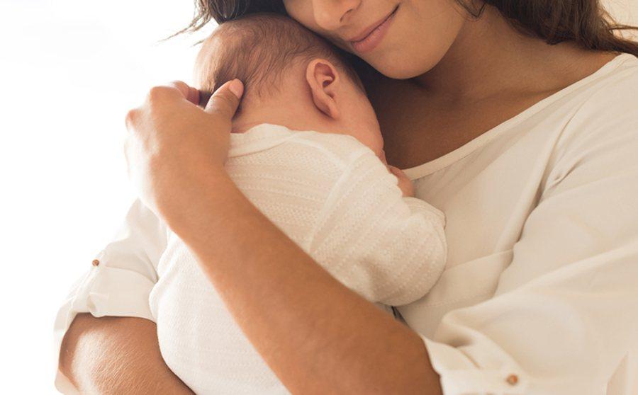 一位媽媽在網路貼出自己在哺乳時被公公性騷擾的經過。示意圖/Ingimage