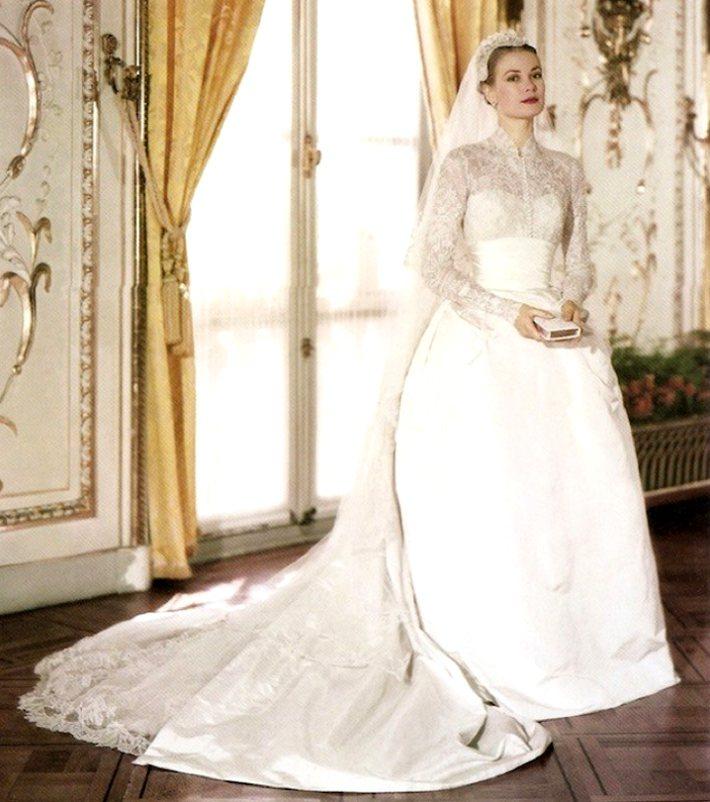 1956年,葛麗絲凱莉嫁給摩納哥王子時穿著長袖蕾絲高領婚紗。圖/摘自bloglo...