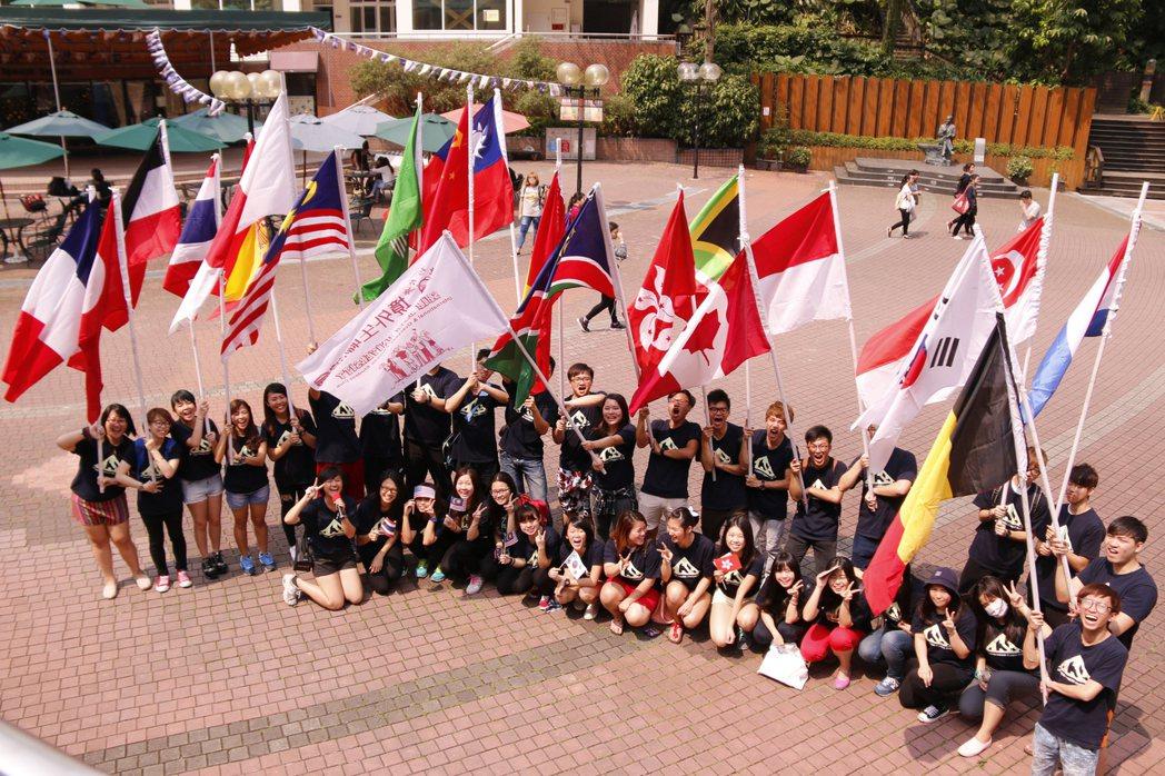 世新大學為提供境外生優適之學習環境,每年固定舉辦宿營、境外文化之旅、境外嘉年華等...