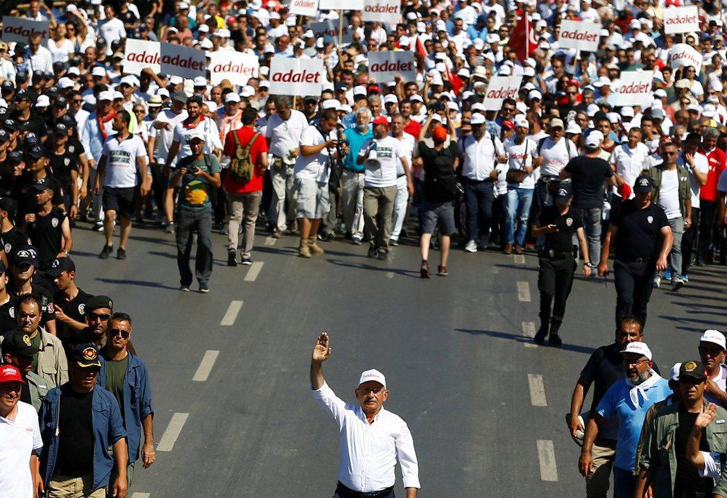 在野黨CHP領袖柯勒取奧盧率領群眾發起「為公正而走」的運動。 圖/路透社