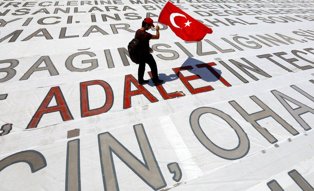 「公正(Adalet)」:參與運動的人民,透過從首都安卡拉徒步至伊斯坦堡,向政府...
