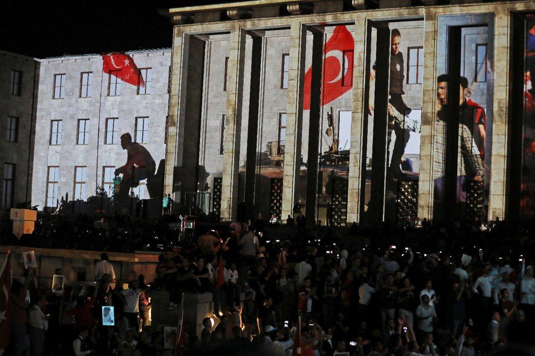 2017年7月15日,土耳其安卡拉國會大廈上,投影著一年前人們對抗政變的景象。...
