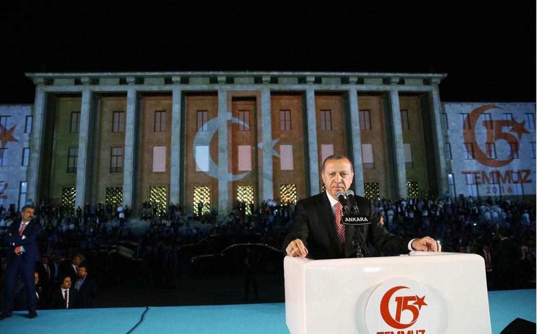 政變之後的執政黨強力炒作「守護民主」、「政變失敗」的議題,試圖將「守護土耳其」與...