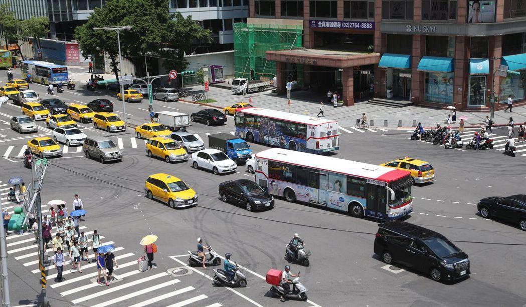 車輛不當轉彎每年取締件數逾25萬件。記者陳瑞源/攝影