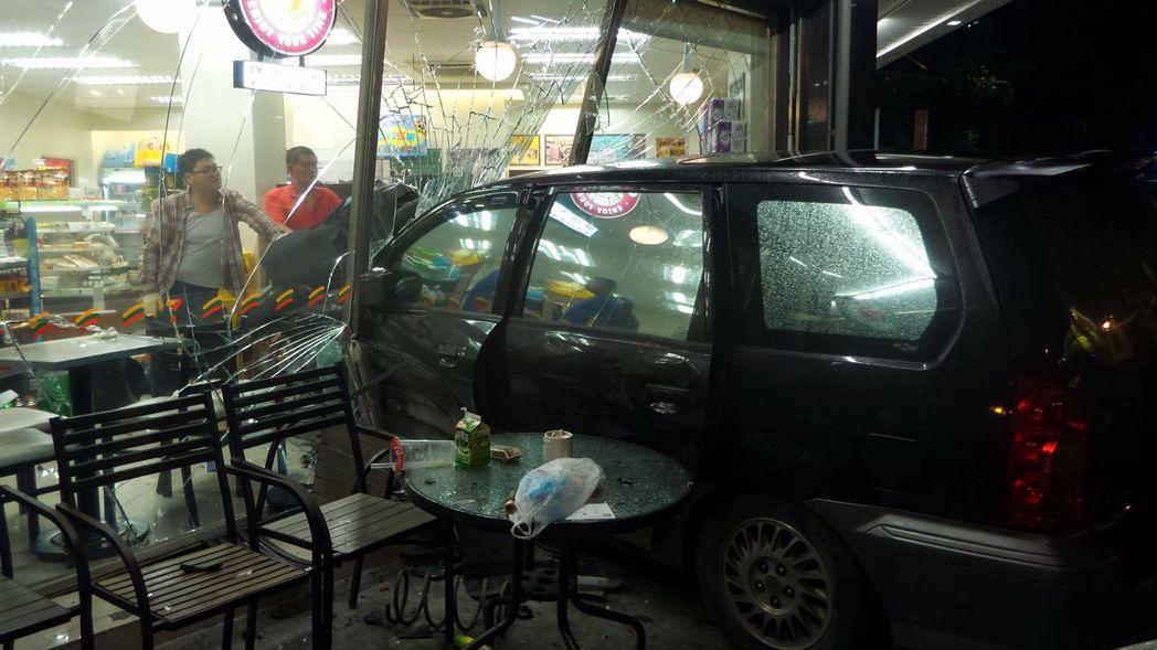 高雄李姓男子今年6月開休旅車擦撞左轉車,失控衝進路旁超商,造成超商內外6人受傷。...