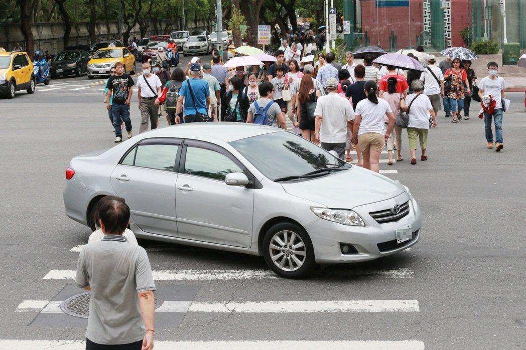 警政署統計,我國車輛不當左轉每年造成逾1.5萬件車禍。記者黃義書/攝影