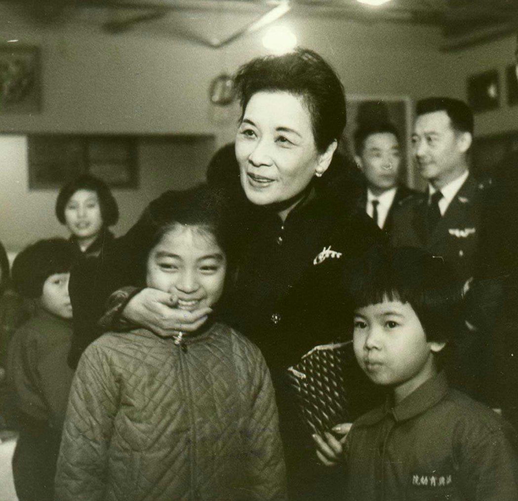 1967年12月蔣宋美齡參加華興育幼院舉行的耶誕晚會。 報系資料照片