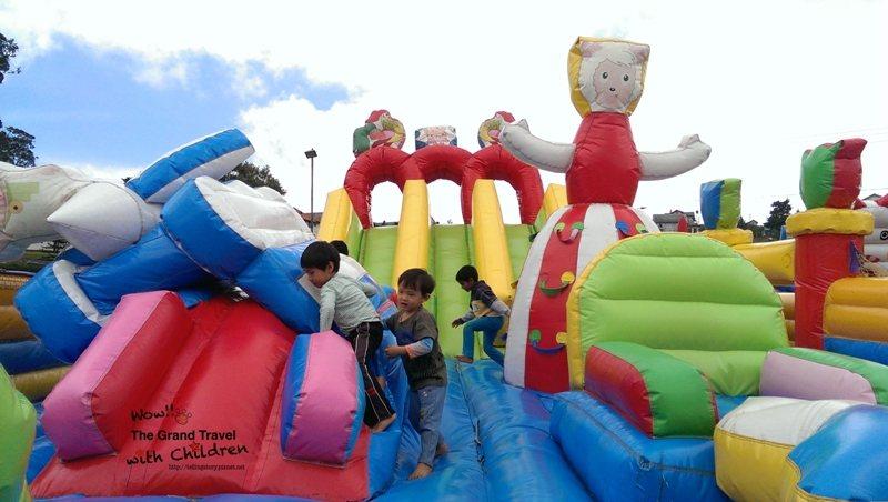 園區有好多這種遊戲場,讓孩子瘋狂。攝影:吳怡慧Patti Wu