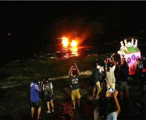 「鷄籠中元祭」在海上「放水燈」的召魂儀式。圖/曹銘宗提供