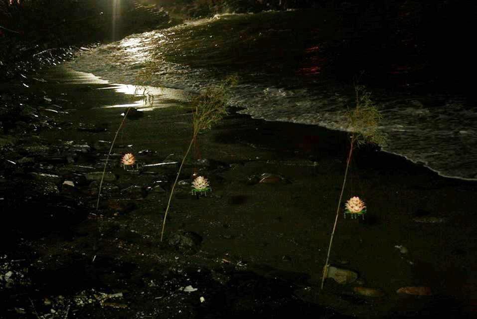「鷄籠中元祭」在海上施放蓮花燈。圖/曹銘宗提供
