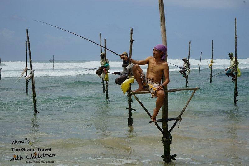 小花特地感受高蹺漁夫,仔細看漁竿都沒有漁線。攝影:吳怡慧Patti Wu