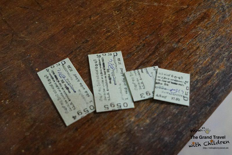 名符其實的「半票」在Nanuoya車站,小孩半票,站務人員帥氣將全票剪成一半。攝...