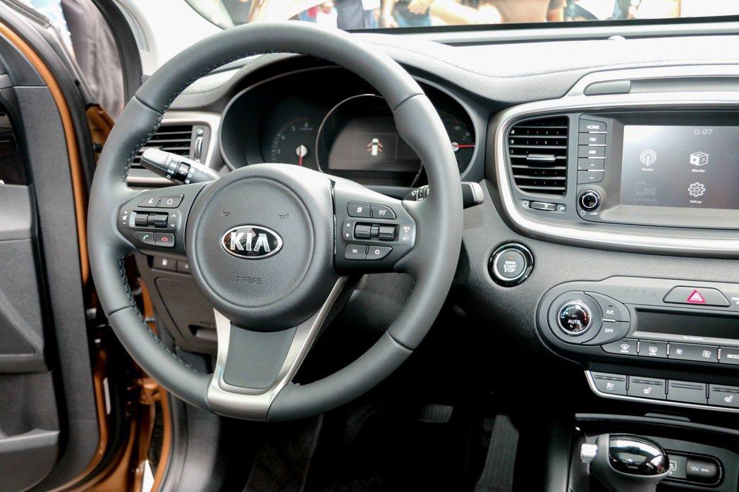 KIA Sorento搭載四向可調式電子動力方向盤。 記者史榮恩/攝影