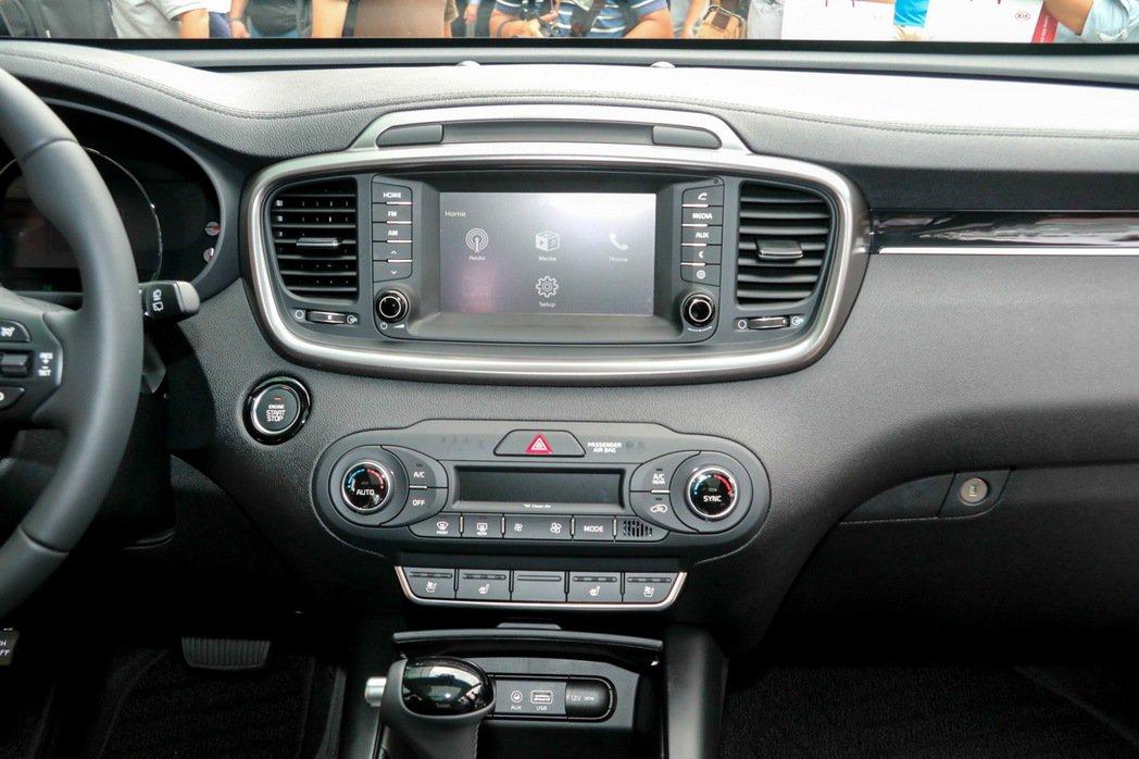 KIA Sorento標配4.3吋多媒體音響系統,7吋觸控為選配。 記者史榮恩/...
