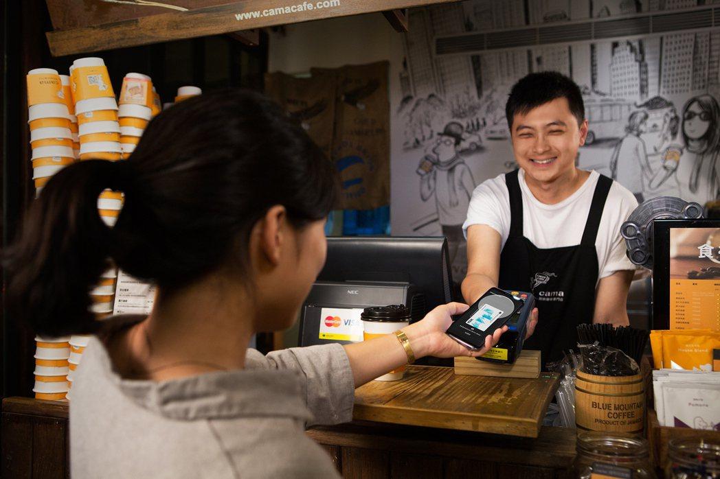 國泰世華銀行觀察發現,咖啡店嗶消費快速輕鬆付款,是台灣民眾行動支付最愛場域。 圖...